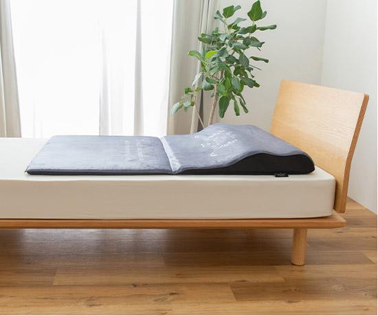 幅80cmのワイドサイズで睡眠時の動きを妨げず美睡眠の質を高めます。長時間のデスクワークなどで固まりやすい肩甲骨から背中まわりをゆるやかに押し上げる形状で、リラックスできます。